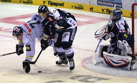 Jakub Valský (vlevo) z Liberce se pokouší probít vítkovickou obranou, ta ale v