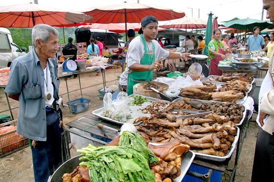 Thajci milují jídlo, jí klidně i desetkrát za den, ale vmalých porcích. Všude...