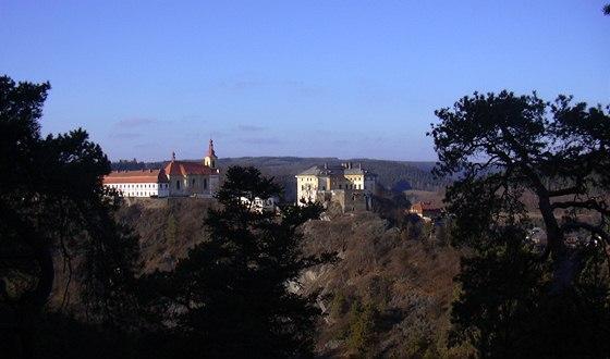 Pohled na kostel a zámek v Rabštejně nad Střelou ze skalního ostrohu Hraběcí...