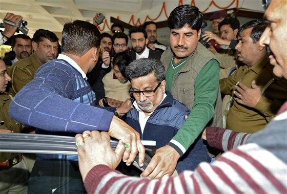 Radžéš Talwar odchází od soudu. Případ zubařského páru, který měl zavraždit