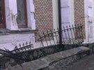 Auto se po nehodě zastavilo až o zdi domu.(20.11.2013)