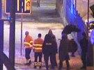 Policist� zachr�nili mu�e z ho��c�ho domu na Praze 6 (25.11.2013)