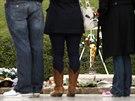 V místě atentátu na prostrantství  Dealey Plaza tisíce lidí uctily Kennedyho...