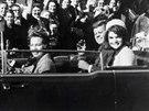 Do tragédie zbývá pár vteřin. Prezident Kennedy a jeho žena Jackie krátce před