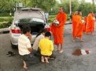 Buddhističtí mniši mají vThajsku velký respekt a obdarovat je čas od času...