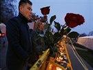 Lidé začali na místo neštěstí spontánně přinášet květiny a svíčky (22....