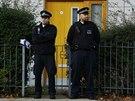 Policisté hlídkují před jedním z domů v londýnské čtvrti Lambeth, odkud se...