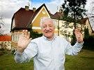 Zp�v�k Pavel Bobek u sv�ho domu v pra�sk�m B�evnov� (14. ledna 2005)