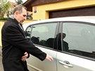 Petr Kott odjíždí s partnerkou Kateřinou Pancovou za probační službou (21....
