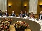 Představitelé světových mocností a Íránu se v Ženevě dohodli na omezení jeho