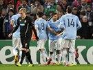 Zatímco se fotbalisté Manchesteru City radují z gólu, plzeňský obránce František Rajtoral smutní.