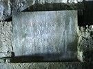 Základy pomníku jsou vybudovány na mohutné betonové desce o síle 60 cm, která