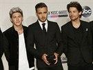 Chlapecká skupina One Direction pózuje s jednou ze dvou cen American Music...