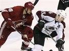 Rostislav Klesla (v červeném) z Phoenixu nahání Codyho McLeoda z Colorada.