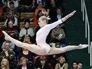 Maďarská gymnastka Dorina Böczögöová nad kladinou.