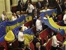 Ukrajinsk� opozice protestovala v parlamentu proti zastaven� p��prav asocia�n�