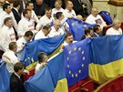Opozi�n� poslanci v ukrajinsk�m parlamentu protestuj� proti rozhodnut� vl�dy