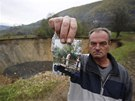 V bosensk� vesnici Sanica zmizel rybn�k. Fuad �ernal ukazuje na fotografii, jak