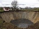 Po rybníku v bosenské vesnici Sanica zůstal pouze třicetimetrový kráter.