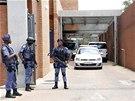 Jihoafričtí policisté hlídají před soudem v Johannesburgu, kde tento týden