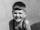 Fotografie z roku 1943. Milan Uhde jako žák druhé třídy obecné školy