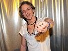 Levou ruku Tomáše Kluse zdobí originální snubní prsten.