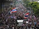 Demonstranti, kteří požadují odchod premiérky Šinavatrové, míří k budově...
