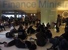 Protivládní demonstranté odpočívají v budově thajského ministerstva financí,...