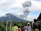 Vesničané na Sumatře pozorují sopku Mount Sinabung (Indonésie, 24. listopadu...