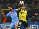 SOUBOJ KANONÝRŮ. Gonzalo Higuaín z Neapole (vlevo) versus Róbert Lewandowski z