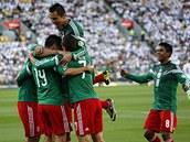 Mexičtí fotbalisté slaví branku v utkání na Novém Zélandu.