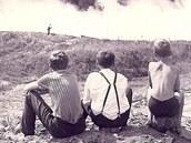 Děti přihlížejí požáru v ropné rafinérii.