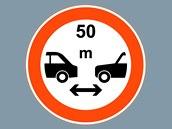 U nás neobvyklá dopravní značka, nařizující padesátimetrové odstupy mezi vozy,