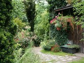Cestičky na zahradě lemuje mobilní truhlíková zeleň.