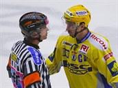 Zlínský hokejista Petr �ajánek debatuje s rozhod�ím.