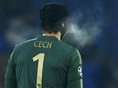 ZIMA V BASILEJI. Petr �ech, gólman Chelsea, b�hem utkání Ligy mistr�.