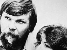George a Kathy Lutzovi. Aby toho nebylo málo, začal se prý George fyzicky stále