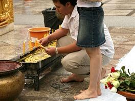 Thajci se na mnoha místech zouvají a například do všech chrámů se musí chodit...