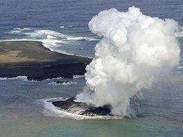 U Japonska vznikl díky vulkanické aktivitě nový ostrov.