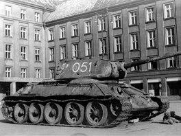 Tank č.051 v květnu 1945 na prokešově náměstí v Ostravě. Stroj jako první