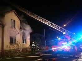 Hasiči likvidují požár domu v Orlové-Porubě. (27. listopadu 2013)