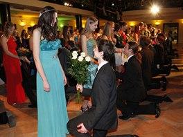 Do tanečních se hlasí často celé skupiny spolužáků, převážně z gymnázií.