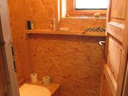 Pilinová kompostovací toaleta - nesplachuje se, ale vynáší.