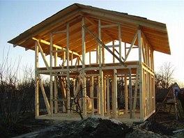 Dřevěnou kostru domu postavili profesionálové, zbytek už zvládl Honza sám.