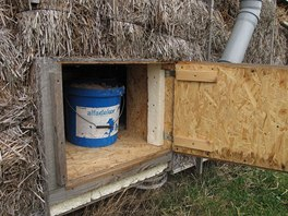 Pilinová toaleta se vynáší zvenčí rovnou na kompost, aby se nemuselo s obsahem