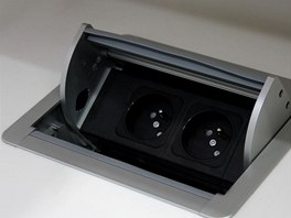 Elektrické zásuvky jedním stiskem zmizí v pracovní ploše (nebo se objeví).