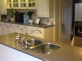 Jeden z hlavních prvků v kuchyni je ostrůvek, v němž je umístěn dvojdřez i