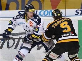 Litv�novsk� �to�n�k Michal Tr�vn��ek atakuje Petra Strap��e z V�tkovic.