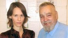 Charles Manson a jeho fanynka Star, kter� si chce masov�ho vraha vz�t za