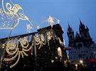 Na pražském Staroměstském náměstí se rozsvítil vánoční strom.